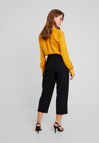 Sister Jane - BACK TRACK PLEAT TROUSERS - Pantaloni - black - 3