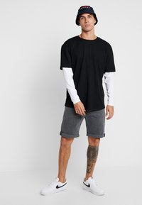 Urban Classics - OVERSIZED SHAPED DOUBLE LAYER TEE - Long sleeved top - black/white - 1