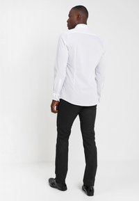 OLYMP Level Five - BODY FIT - Formal shirt - white - 2