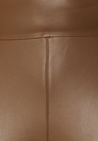Guess - PRISCILLA  - Legginsy - brown leaf - 5