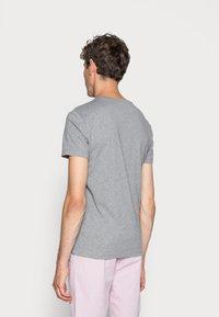 Calvin Klein Jeans - CORE INSTITUTIONAL LOGO TEE - Print T-shirt - grey heather - 2