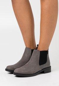 New Look - CROC MIX CHELSEA - Boots à talons - mid grey - 0
