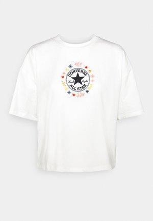 CHUCK WOMENS WANDER BOXY TEE - T-shirt z nadrukiem - egret