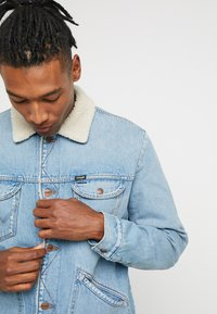 Wrangler - SHERPA - Light jacket - bleached denim - 3