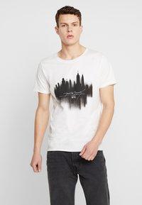 Jack & Jones - JORDARK CITY TEE CREW NECK REGULAR - T-shirt print - cloud dancer - 0