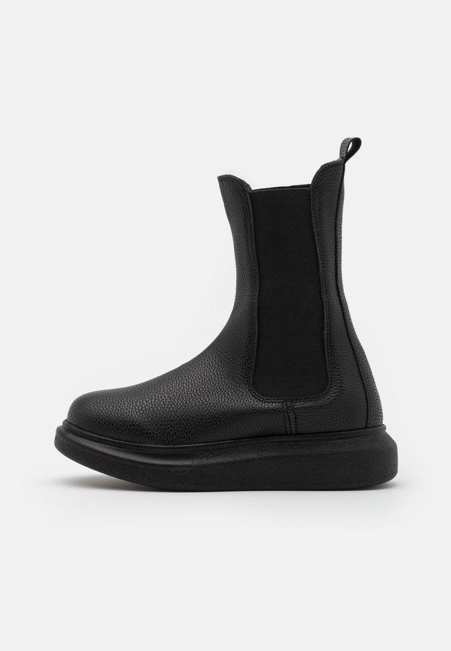 CASUAL CHELSEA BOOT - Botki na platformie - black