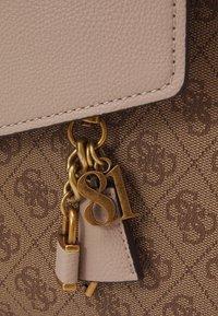 Guess - HANDBAG VALY LARGE GIRLFRIEND SATCHEL - Handbag - latte - 4