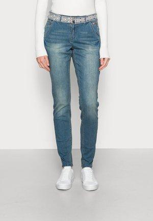SIMONE BAIILY FIT - Slim fit jeans - blue denim