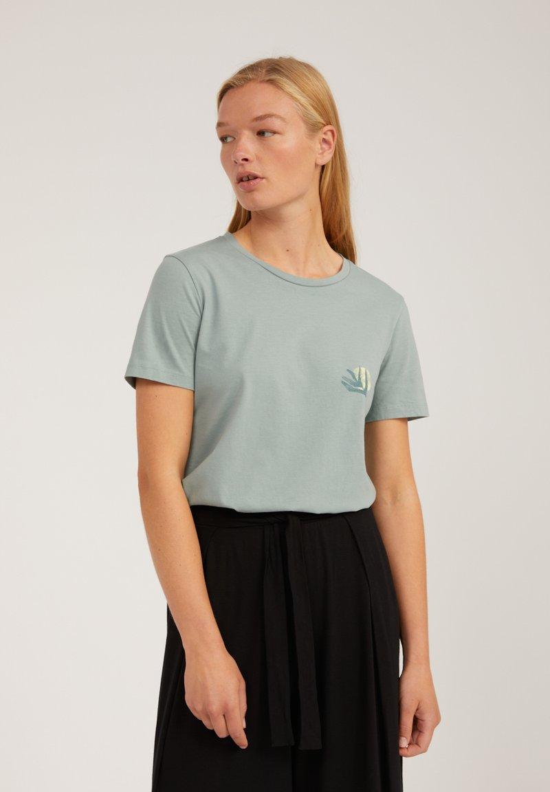 ARMEDANGELS - MARAA LITTLE LEAF - Print T-shirt - eucalyptus green