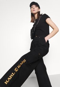 Karl Kani - RETRO BAGGY PANTS - Cargo trousers - black - 3