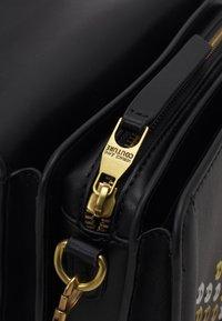 Versace Jeans Couture - BUCKET - Kabelka - nero - 4