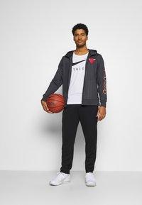 Nike Performance - NBA CHICAGO BULLS CITY EDITON THERMAFLEX FULL ZIP JACKET - Veste de survêtement - anthracite/black/white - 1