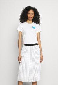 KARL LAGERFELD - MINI IKONIK CHOUPETTE - Print T-shirt - white - 0