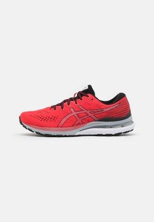 GEL-KAYANO 28 - Obuwie do biegania Stabilność - electric red/black