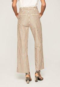 Pepe Jeans - Spodnie materiałowe - brown - 2