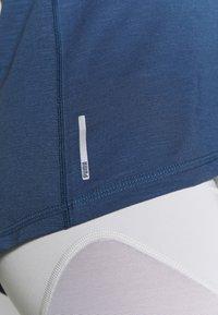 Puma - PUMA TWIST IT WOMEN'S TRAINING TANK TOP FRAUEN - Camiseta de deporte - dark denim - 6