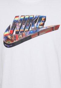 Nike Sportswear - TEE WORLDWIDE - T-shirt con stampa - white - 2