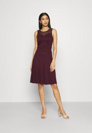 ONLNEW NICOLE LIFE DRESS - Žerzejové šaty - fig