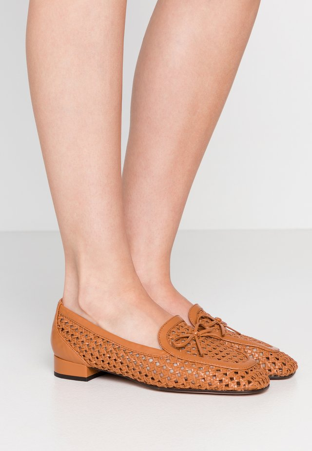 AVENUE LOAFER BOW - Slip-ons - roasted pecan