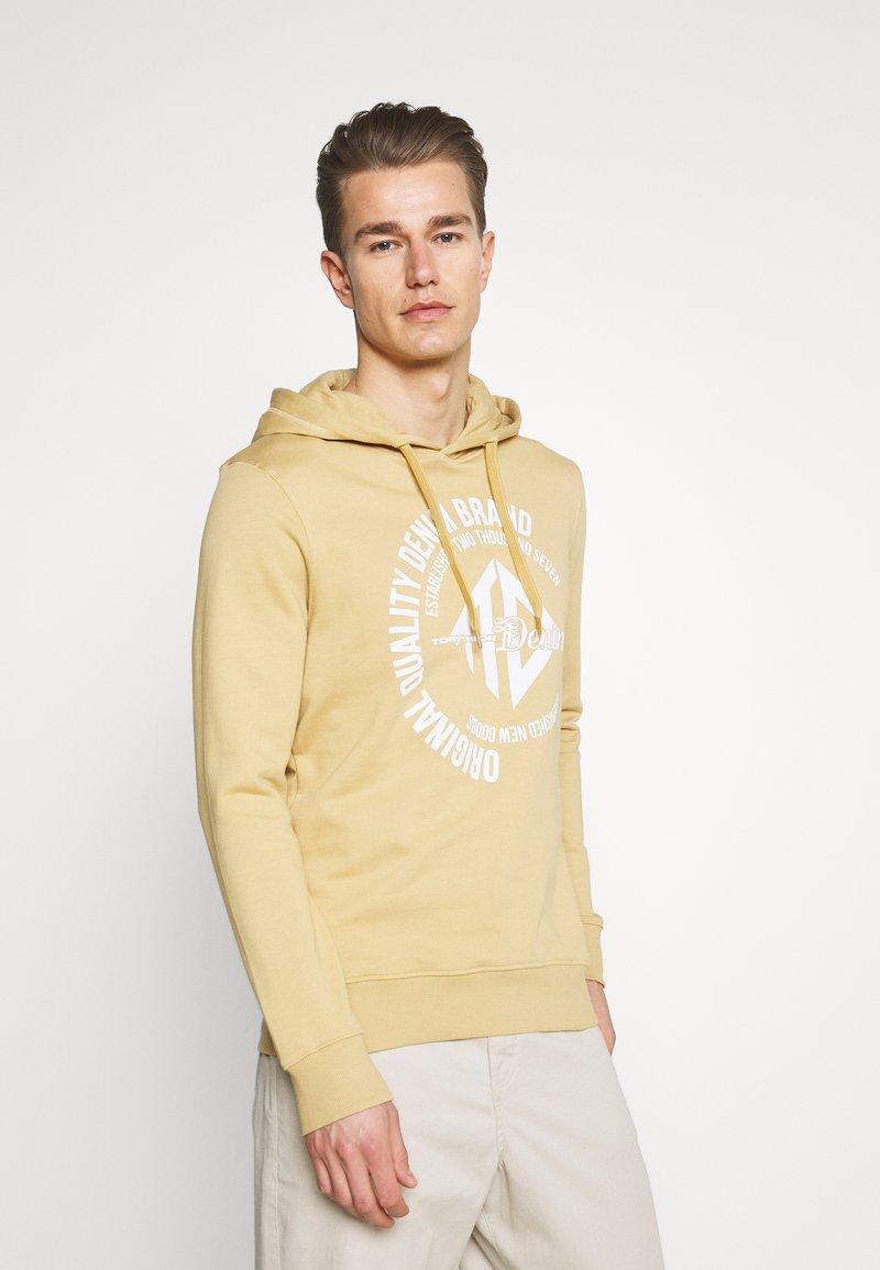 TOM TAILOR DENIM - HOODY WITH PRINT - Sweatshirt - lark beige