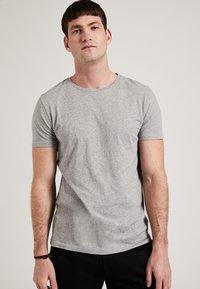 Phyne - THE ROUND NECK - T-shirt basique - grey - 0