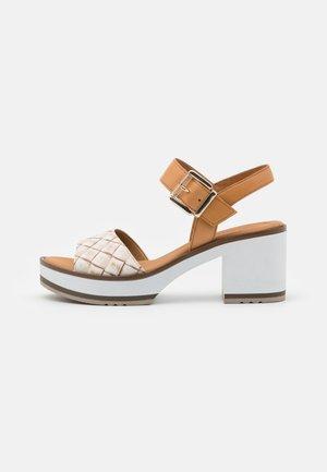 Sandály na platformě - natur
