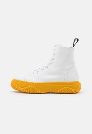 HIGH TOP BONNIE - Botines con cordones - white/yellow