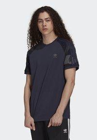 adidas Originals - CAMOUFLAGE CALIFORNIA GRAPHICS - T-shirt con stampa - night navy - 0