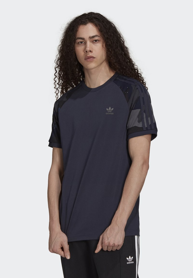 adidas Originals - CAMOUFLAGE CALIFORNIA GRAPHICS - T-shirt con stampa - night navy