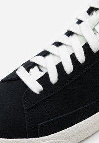 Nike Sportswear - BLAZER MID UNISEX - Zapatillas altas - black/white/sail/total orange - 5