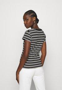 Wrangler - SLIM STRIPE - T-shirt z nadrukiem - faded black - 2