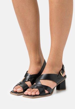 Sandalias - poncho nero