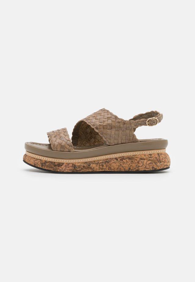 Korkeakorkoiset sandaalit - alga