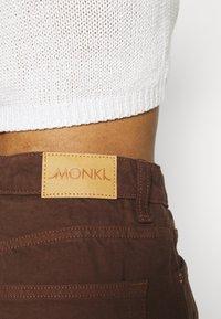 Monki - Jeansshorts - brown dark/unique brown - 5
