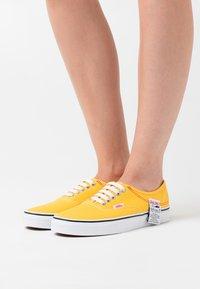 Vans - AUTHENTIC - Trainers - lemon chrome/true white - 0