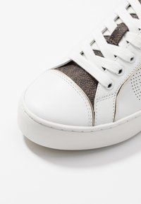 MICHAEL Michael Kors - KIRBY LACE UP - Tenisky - optic white/brown - 2