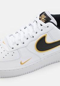 Nike Sportswear - AIR FORCE 1 '07 LV8 - Sneakers - white/black/metallic gold - 5