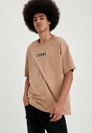 OVERSIZED - T-shirt z nadrukiem - beige