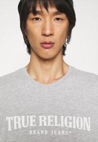 True Religion - CREWNECK TRUE LOGO - Print T-shirt - greymarl - 4