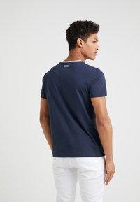 BOSS - T-shirt med print - navy - 2