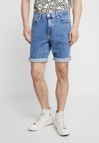 Calvin Klein Jeans - SLIM  - Džínové kraťasy - light-blue denim - 0