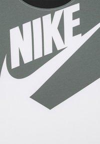 Nike Sportswear - TEE AMPLIFY  - Print T-shirt - white/black - 2