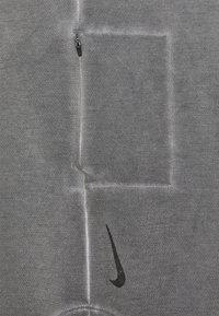Nike Performance - YOGA - T-shirt print - anthracite/gray - 2