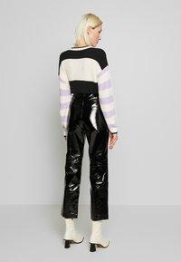 YAS - YASPATTY PATENT PANT SHOW - Lederhose - black - 2