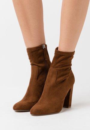 EDITT - Kotníková obuv na vysokém podpatku - brown