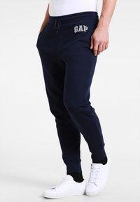 GAP - MODERN LOGO - Teplákové kalhoty - tapestry navy - 0