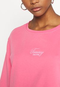 Tommy Jeans - WASHED LOGO CREW - Sweatshirt - glamour pink - 4