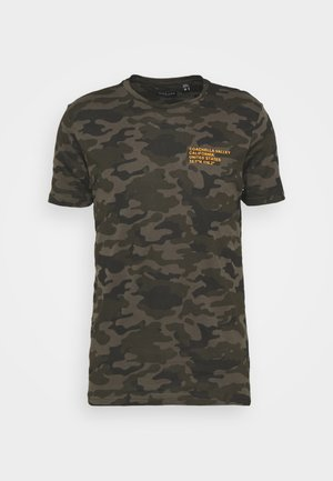 CAMO - T-shirts print - khaki/orange