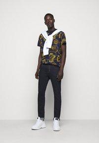 Versace Jeans Couture - T-shirt imprimé - multi - 1
