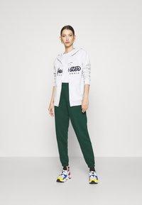 New Look - CUFFED JOGGER - Pantalon de survêtement - dark green - 1